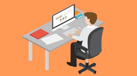 Imagem representando homem sentado a frente de um computador